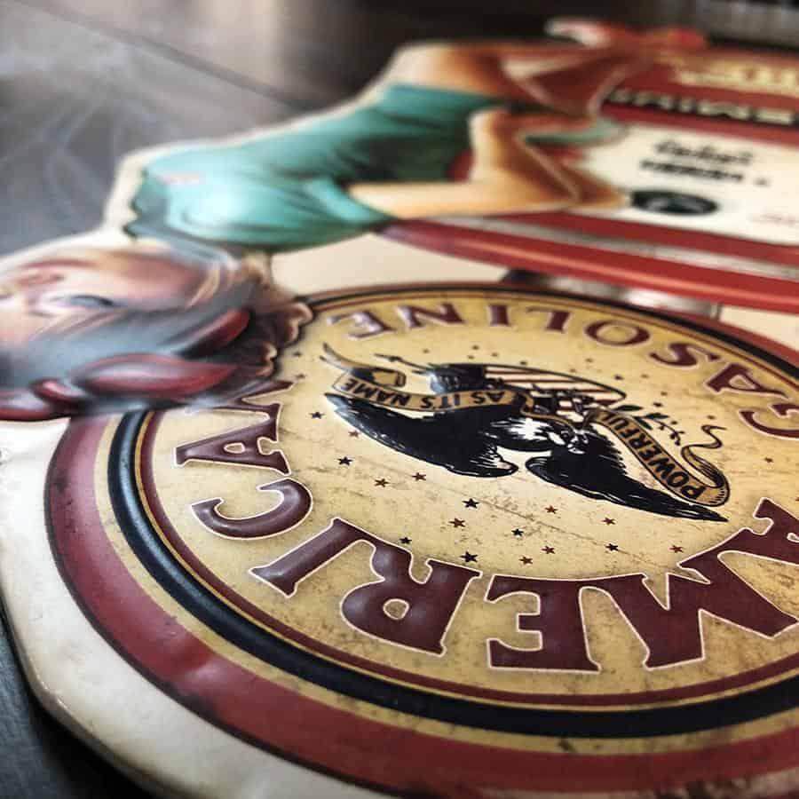 Plaque embosee Pin Up Vintage et Pompe a essence Premium