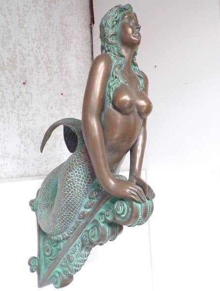 Moulage en résine et fibre de verre imitation bronze représentant une figure de proue de bateau en forme de sirène