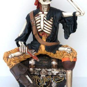 Squelette Pirate Assis Sur Un TrÉsor Et Buvant A La Bouteille
