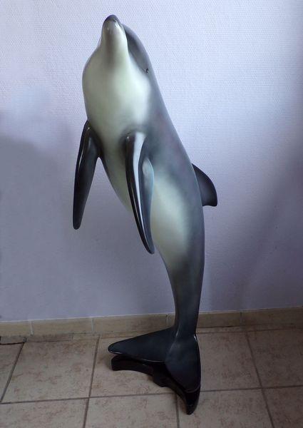 Moulage résine d'un élégant dauphin en train de bondir hors de l'eau