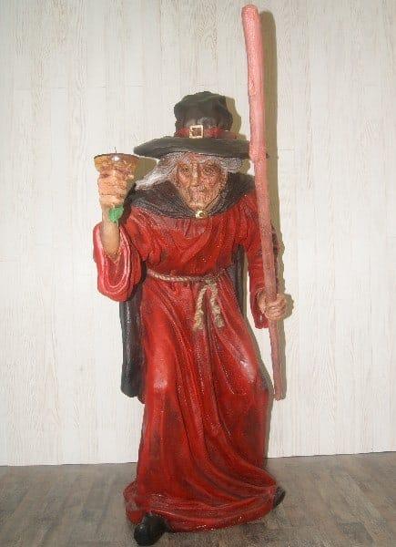 Statue d'une sorcière avec bâton et potion magique