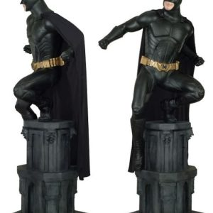 Statue Batman Debout Sur Une Colonne