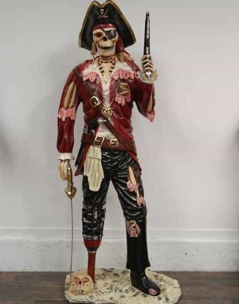 Statue d'un Pirate Squelette avec épée et pistolet