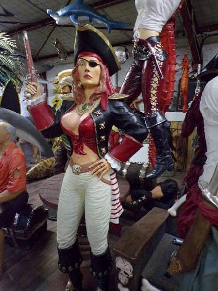 Femme Pirate avec pistolet et bandeau à l'oeil