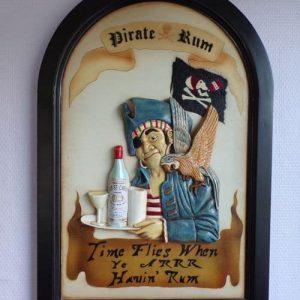 Pirate tenant un plateau avec une bouteille de rhum et avec un perroquet sur l'épaule