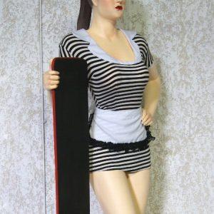 Statue Serveuse avec une petite robe en tissu tenant une ardoise porte-menu