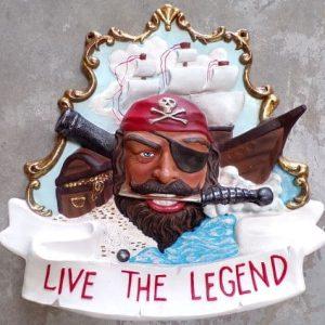 Moulage résine représentant une tête de pirate avec son bateau et son trésor en arrière-plan