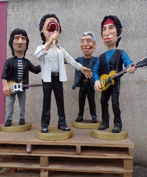 Groupe de rock avec 4 statues, hauteur environ 1,40m, vendues séparemment.