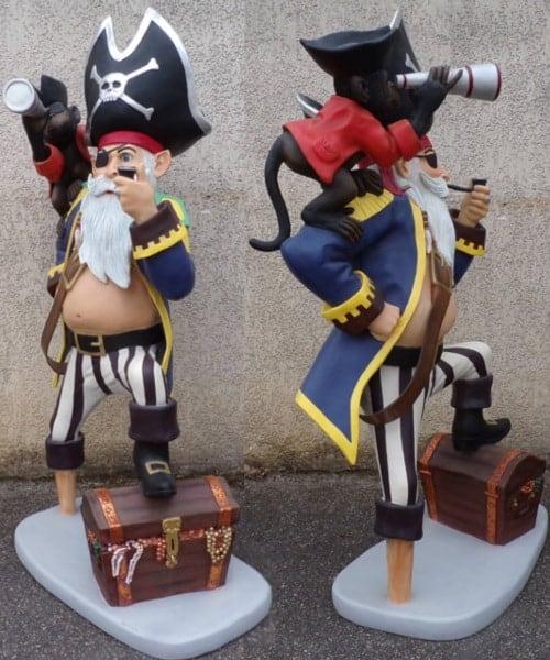 Statue en résine de grande taille d'un capitaine Pirate posant le pied sur son trésor, avec son singe sur l'épaule observant avec une longue-vue