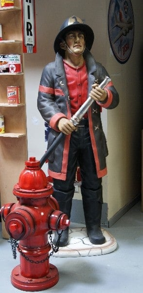 Statue de Pompier Américain avec son casque et sa lance à incendie