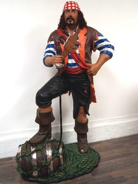 Pirate avec le pied sur un tonneau et cordages du bateau