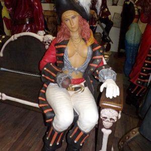 Femme pirate assise sur le banc