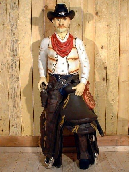 Western – Statue de Cowboy tenant sa selle