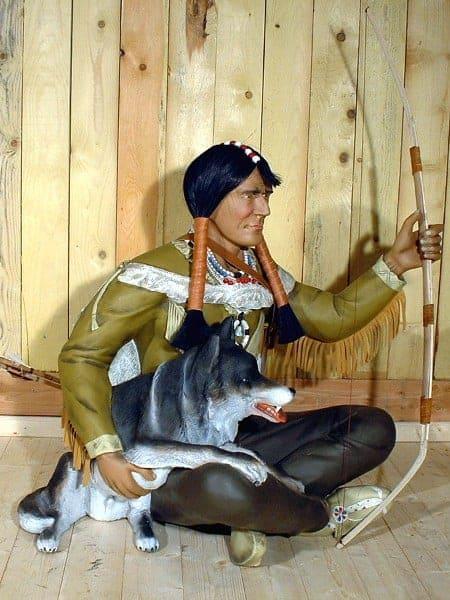 Indien assis avec son arc et son loup