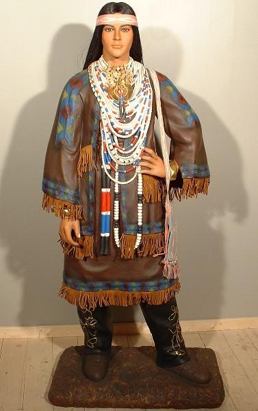 Western – Indienne en tenue traditionnelle des tribus amérindiennes