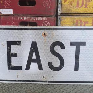 Panneau Routier Americain Authentique Et Vintage Direction East 61x30.5cm 1