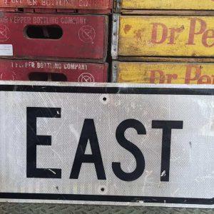 Panneau Routier Americain Authentique Et Vintage Direction East 61x30.5cm 2