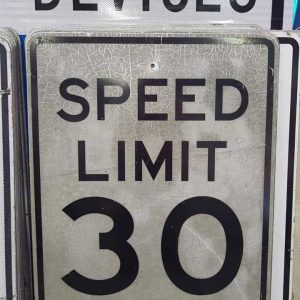 panneau routier americain de limitation de vitesse speed limit 30 cracked 76x61cm