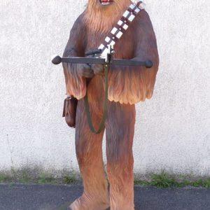 Statue de Chewbacca Le guerrier rebelle tenant une arbalète