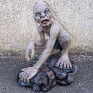 Gollum tenant un anneau. Statue grandeur nature en résine et fibre de verre.