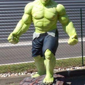Statue de Hulk poings serrés et grimaçant.