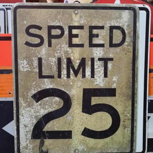panneau routier americain de limitation de vitesse speed limit 25 cracked 76x61cm