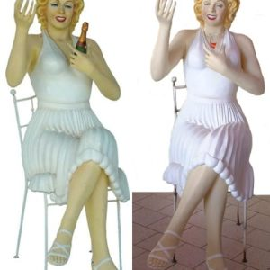 marilyn assise sur une chaise
