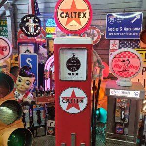 pompe a essence logotisee a la marque caltex texaco red