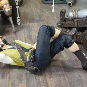 Pirates - Equipier couche et endormi avec son pistolet