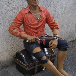 Pirates - Pirate assis sur son coffre au trésor