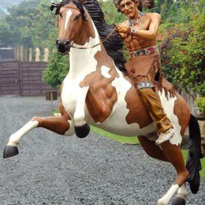 western statue d'indien sur son cheval cabre